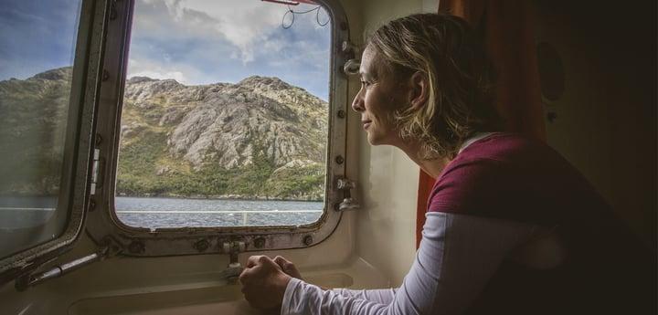 Viajera contempla paisaje patagónico desde ferry Navimag
